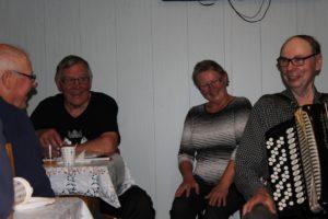 Kalakurkien vetäjät Martti ja Saini Repo sekä hanuristi Matti Merta iloisissa tunnelmissa illanvietossa.