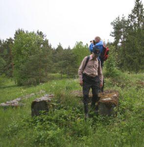 Oiva Hannukainen laskeutumassa Kilpolan koulun portailta keväällä 2012.