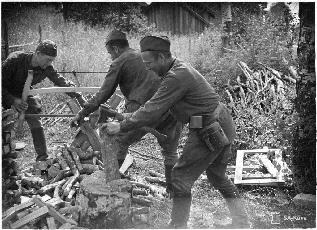 Venäläiset sotavangit työskentelivät suomalaisissa maataloissa, jolloin heidän olonsa olivat varsin vapaat. Yöksi tuli vartioituina palata leiriin. SA-kuva.