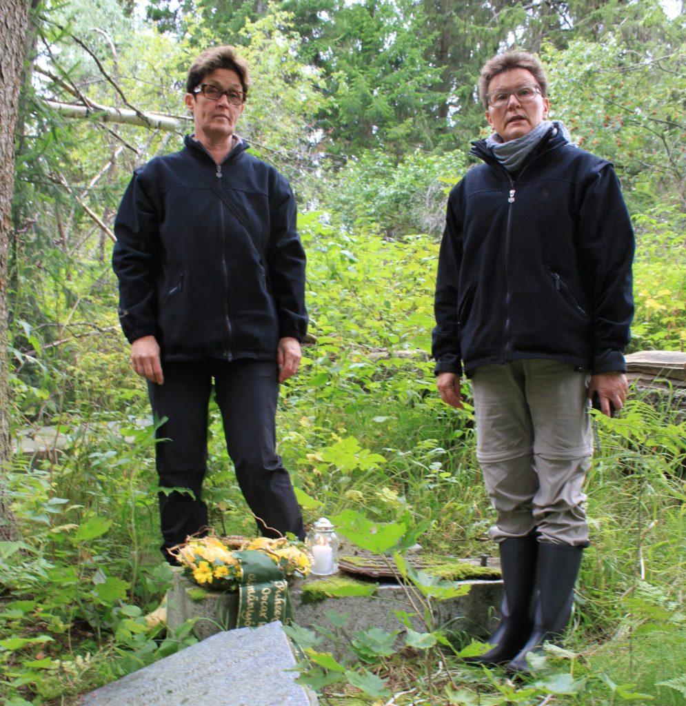Eläinlääkäriliiton perustajajäsenen Oskar Löfmanin vastalöydetylle haudalle Kurkijoella laskivat seppeleen eläinlääkäriliiton edustajat Kirsi Sario ja Ava Sovijärvi.