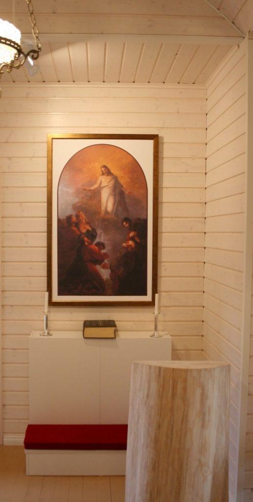Kirkon alttaripääty. Alttaritaulu on kopio Hiitolan kirkon alttaritaulusta, lukupulpetti on massiivipuuta.