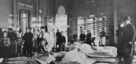 Ahtaissa majoitusoloissa evakkolasten opiskelu tietenkään onnistunut. – Kuva Museovirasto.