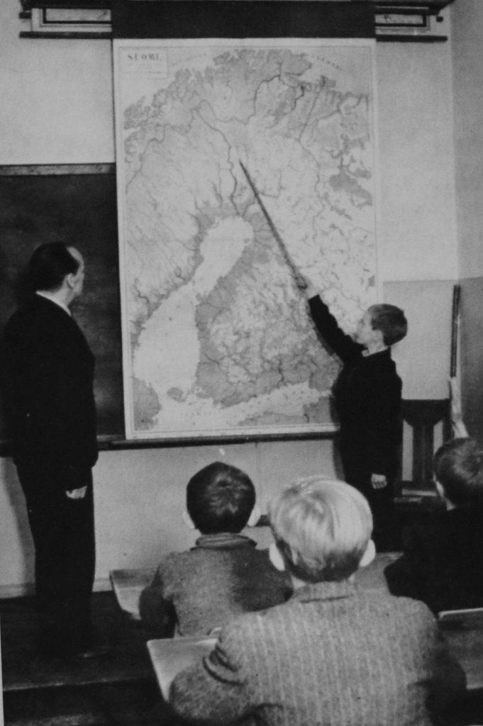 Ennen sotia kansakouluihin oppiaineeksi otettu maanpuolustuskasvatus osoittautui pian tarpeelliseksi. – Kuva Museovirasto.