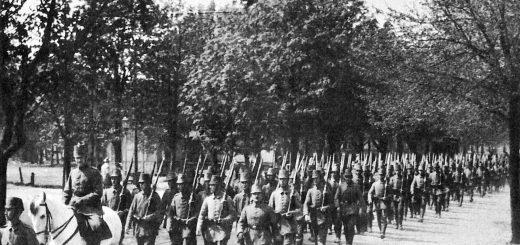 Jääkäripataljoona saapuu paraatista Libaussa (nyk. Liepāja) kesällä 1917, joukkoa johtaa ratsailta luutnantti Basse ja häntä seuraa pataljoonan pioneerikomppania. Wikipedia