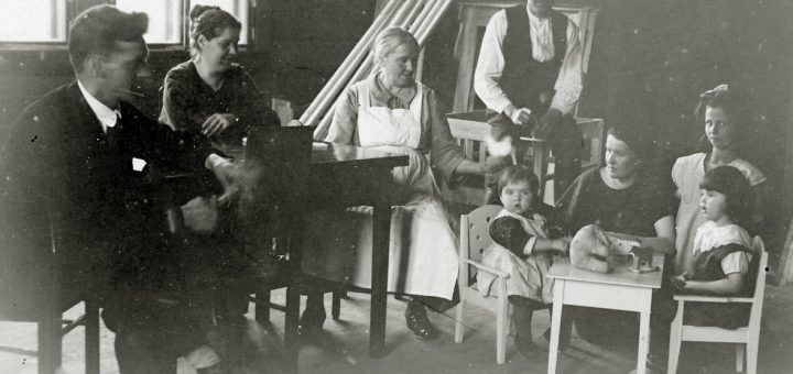 Haapavaaran koulun opettajan perhettä. Vas. Matti ja Ester Kaaprola, Mamma Hellsten, Kalle Hellsten, Martta Hellsten (Pentikäinen) ja lapset. Kurkijoki-museon arkisto.