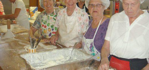 Johan se puuro hupeni, vaikka sitä oli olevinaan koko kylälle. Oikealta Liisa Suni, Anja Vilkkilä, Hilja Lievonen ja Kaarina Väisänen, joka otti talouskoulun piirakkareseptin mukaan siirtyessään aikanaan Meilahdesta hoitajaksi Kennedyn sairaalaan. Taustalla Anja Salin ja pöydän päässä työn touhussa Anne Kettunen. -Pyöreä riisi on puurossa aa ja oo, painottaa Anne.