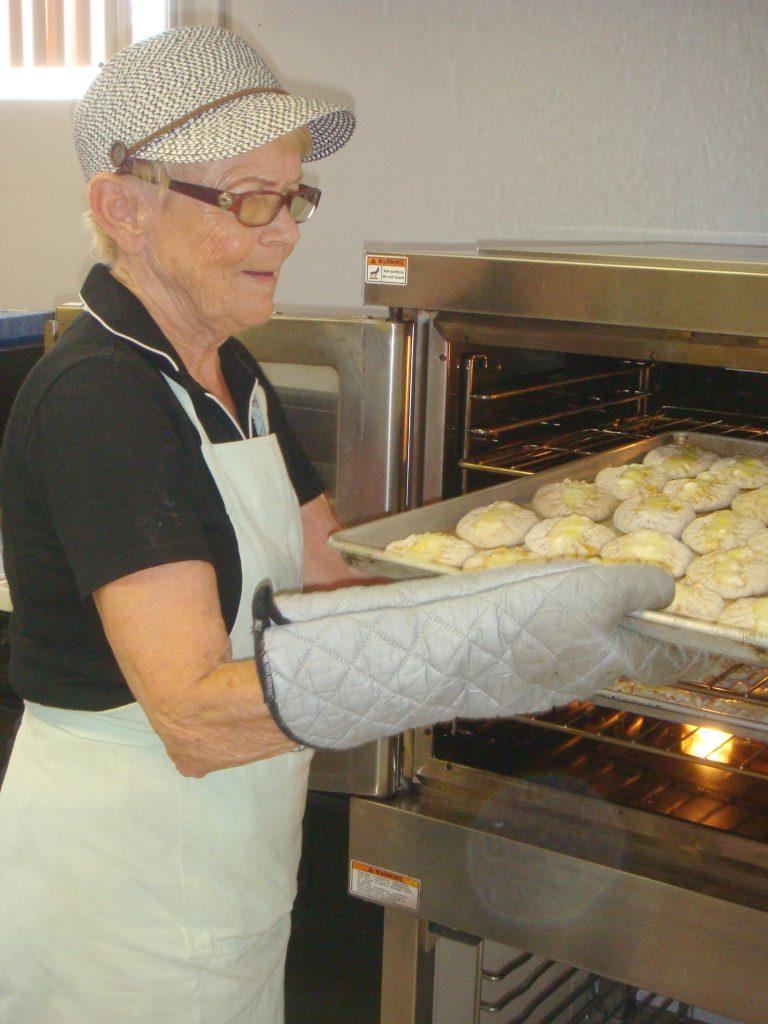 Pääemäntä Anja Salin korostaa kuuman uunin merkitystä hyvän lopputuloksen kannalta, olivatpa sitten kyseessä riisi- tai perunapiirakat. Itsestään selviä asioita ovat hyvä täyte, voi ja oikea jauhosekoitus taikinaan.