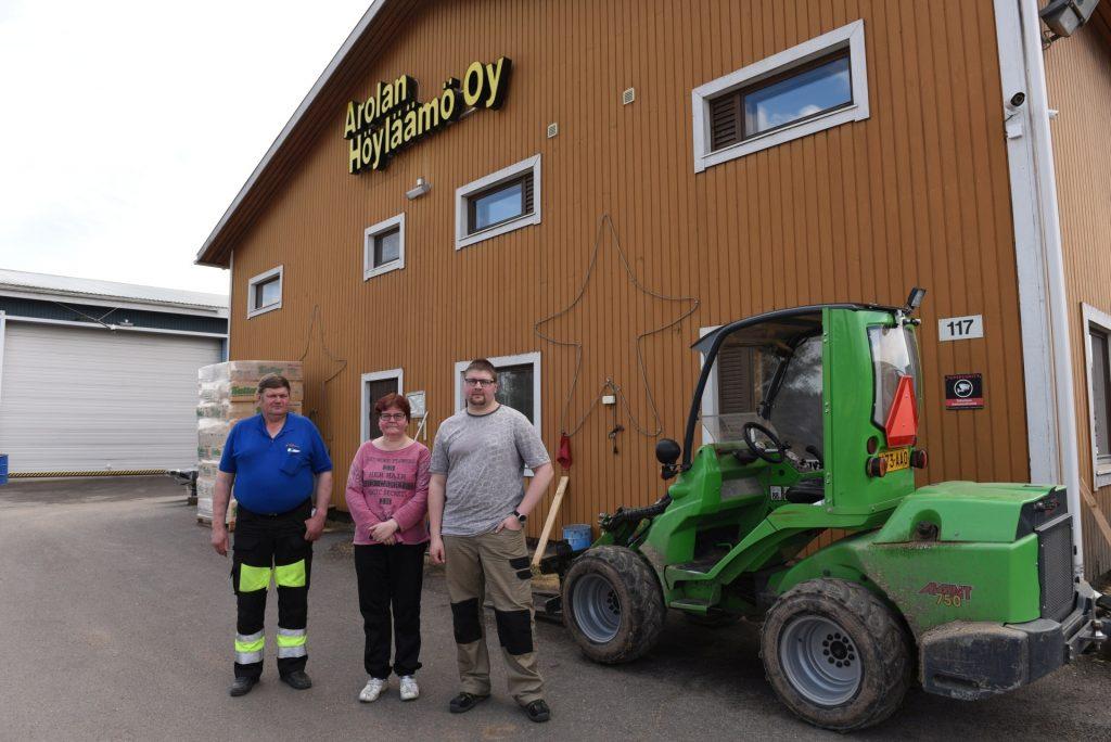 Markku (vas.) ja Kristiina Arola ovat siirtämässä Vampulassa sijaitsevan Arolan Höyläämö Oy:n vetovastuuta perheen vanhimmalle pojalle Pekka Arolalle.