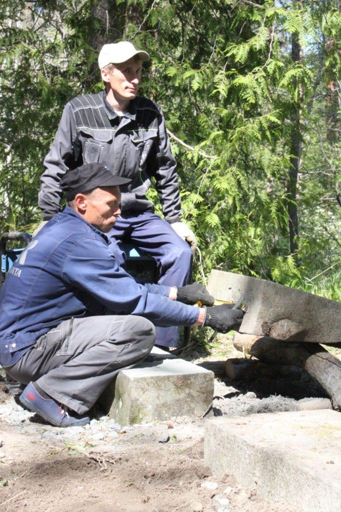 Kala-Rannan pääinsinööri Stepan Zaharov valvoo, kun Andrei Pahomov mittaa porattavien reikien paikkoja. Reikiin istutetaan metallitangot, jotka varmistavat Relanderin hautakivien pysymisen paikoillaan. Talkoiden päätteeksi miehet saivat presidentti Relanderin vanhempien ja isän äidin hautakivet pystyyn.