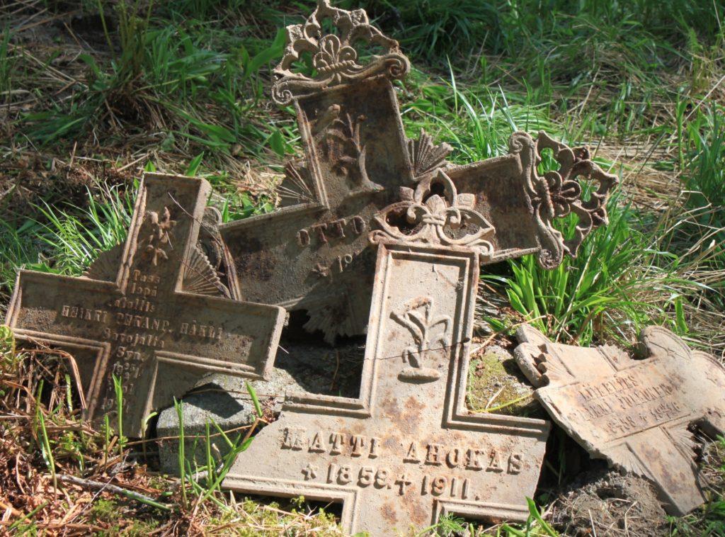 Ristilöytöjä. Mitä kaikkea hautausmaa onkaan kätkenyt sisälleen.