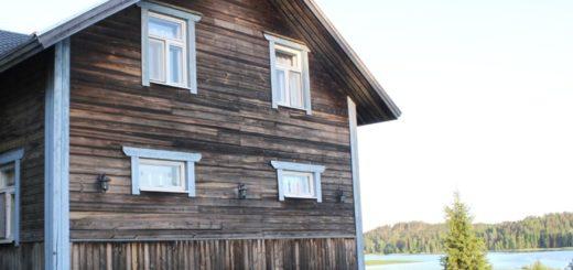 Kukkulinnan, Aimo Jälkön perinteiseen jaalalaiseen maisemaan siirtämän vanhan hirsitalon, voisi kuvitella olleen paikallaan jo vuosikymmeniä.