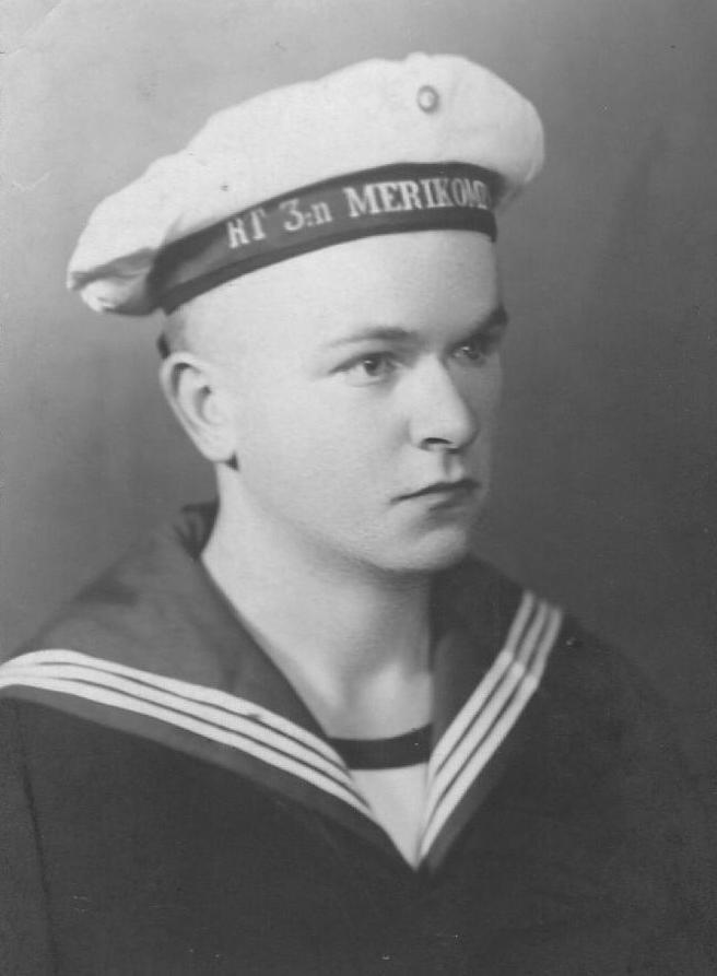 Sotilas Juhana Heinonen, Rannikkotykistön 3. merikomppania, 1934. Virallisesti isäni nimi oli Juhana, mutta sukulaiset ja hän itsekin käytti useimmiten nimeä Johannes. Isä sanoi, että vanhemmat halusivat antaa nimen Johannes, mutta pappi oli merkinnyt Juhana. Sukua tutkineet ovat löytäneet hänestä myös isänsä, vanhemman Juhanan mukaisesti muunnellun lempinimen Johan-setän Jussi.