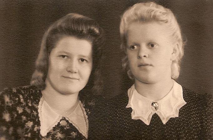 Selvästi muodikkaina ajan hengessä ovat vasemmalla tätini Anna Nieminen (silloinen Ijäs, s. 1927) ja oikealla äitini Iida Heinonen (silloinen Ijäs, s. 1925) parikymppisinä 1947 Loimaan Uuden Valokuvaamon ottamassa kuvassa. Pienikuvioiset leningit pitsikauluksineen sekä koruineen ja hiukset taakse kammattuna lienee ollut trendi.