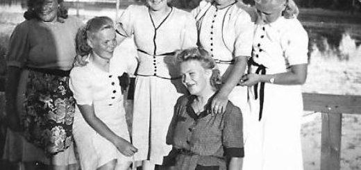 Ryhmä tunnistamattomia naisia kesävaatteissa sillalla tai laiturilla. Hyvin samantyyppiset vaaleat leningit neljällä naisella. Ehkä 1930- ja 1940-lukujen vaihteesta.
