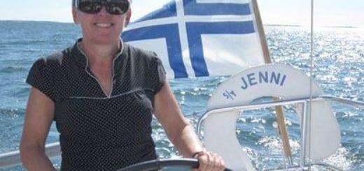 Tiina Tunturi nauttii purjehtimisesta.