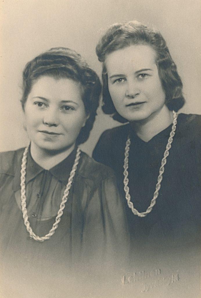 Valokuvaamossa otettu kuva äidistäni ja ystävästään Tyyne Sinkkosesta on jatkosodan ajalta ja otettu Jyväskylässä.