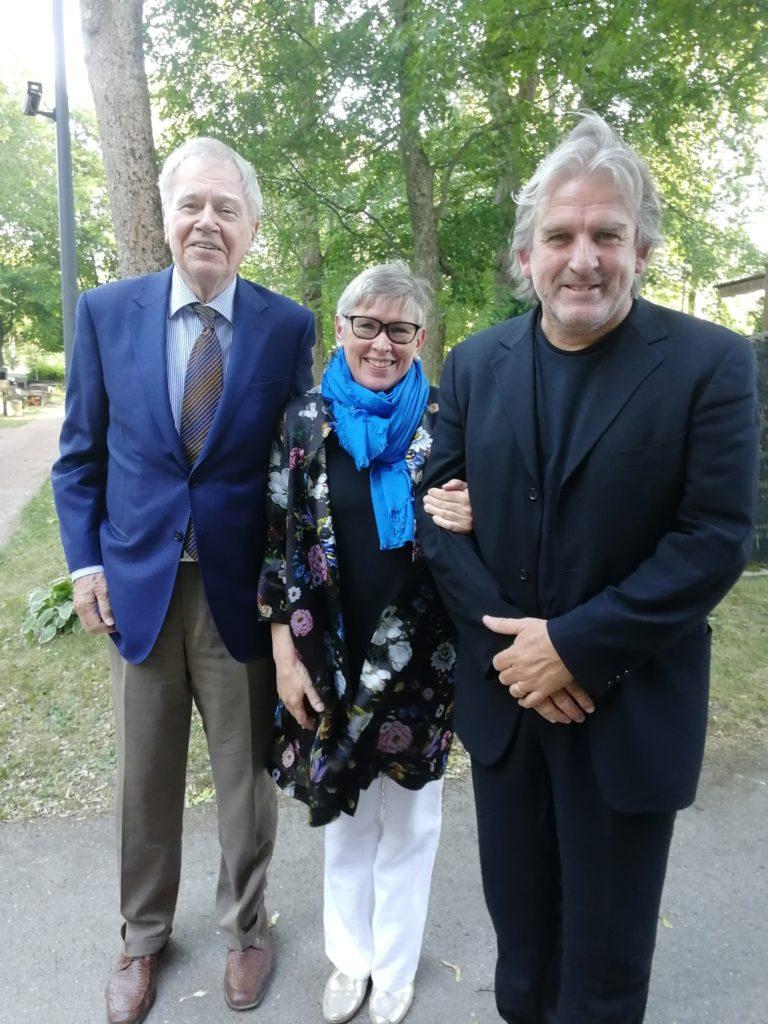 Tiina Tunturi musiikkijuhlien taiteellisen johtajan, sellisti Arto Noraksen ja irlantilaisen huippupianistin Barry Douglasin kanssa viimekesäisen konsertin jälkeen. kuva viime kesän festivaalilta, jossa olen Naantalin kirkon takana hautuumaalla.