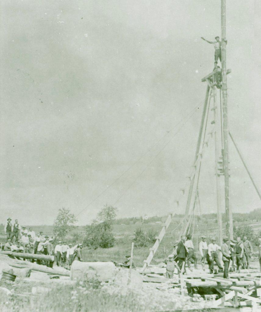 Paaluja juntataan miesvoimin kesällä 1931 Kurkijoelle suuntautuvan tien oikaisuun liittyneen Kokkolanjoen sillan rakennustyömaalla.