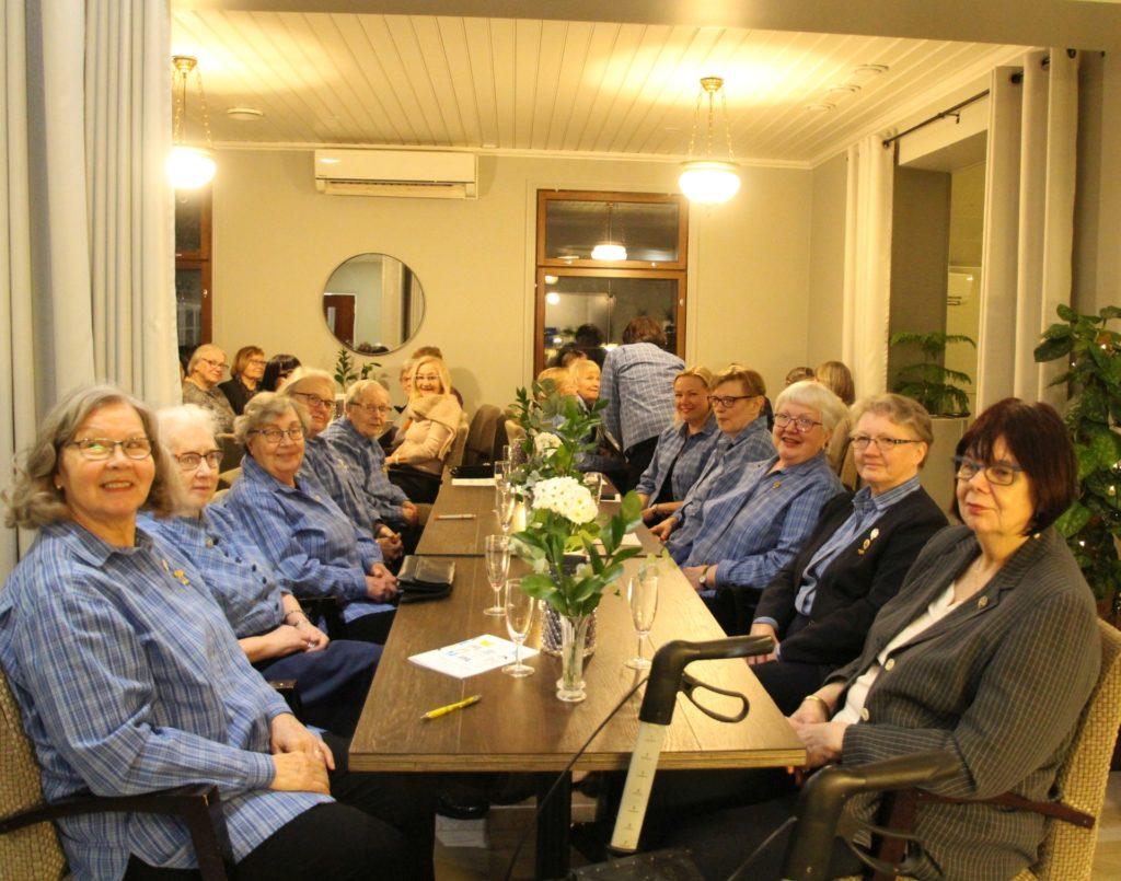 Elisenvaaran martat osallistuivat iltaan 12 hengen voimin. Yhdistyksen esitellyt Alli Kihlanki pöydän ääressä vasemmalla viimeisenä.
