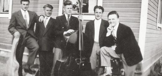Melliläläinen Con Brio –yhtye lähdössä keikalle Tuomisen vaatturiliikkeen kulmalta joskus 1950-luvulla. Vas. Raimo Arvonen, Eino Jalonen, Kalevi Kuosa, Paavo Tuominen ja Veikko Hongisto.