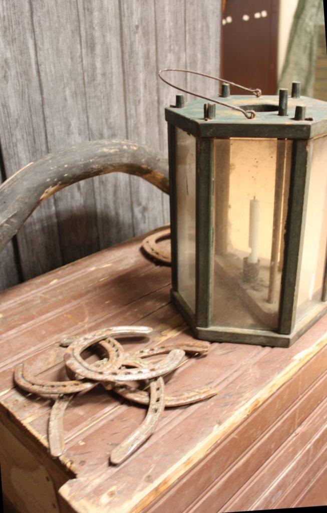 Tallilyhty toi usein hämärrän talliin tarvittavaa valoa ja tunnelmaa.