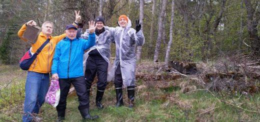 Onnen kyyneliä papan synnyinkodin sammaloituneilla kivijaloilla. Kuvassa vasemmalta Reijo Savolainen, Raimo-pappa, Niko Rautiainen ja Iiro Rautiainen. Kuva: Kari Rautiainen