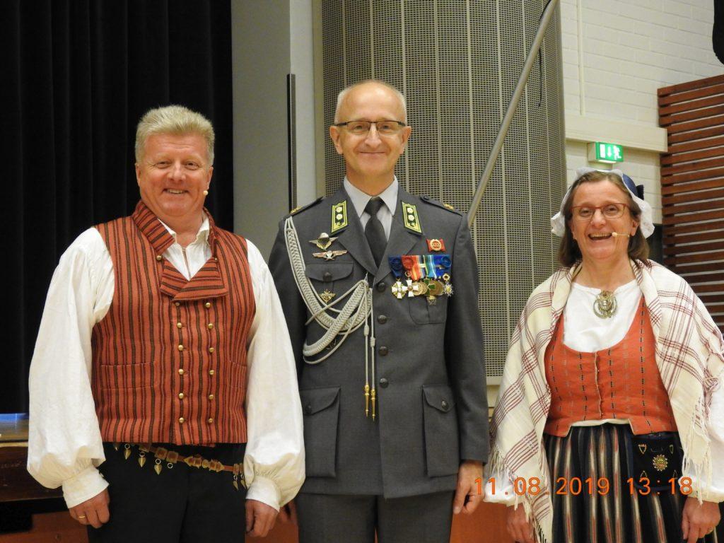 Juhlan juontajat Sirpa ja Olli-Pekka Rastas juhlapuhuja Hans Adolf Ehrnroothin kanssa.