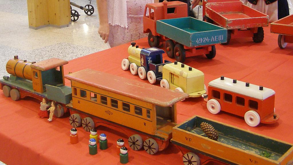 Näyttelyn vanhat lelut ihastuttivat ja herättivät muistoja.
