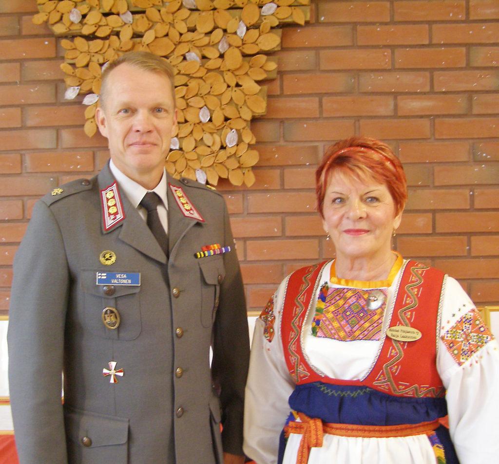 Juhlapuheen pitänyt Vesa Valtonen vierellään Karjalan Liiton kultaisen ansiomerkin juhlassa saanut Hiitolan Pitäjäseuran pj Raija Laaksonen.