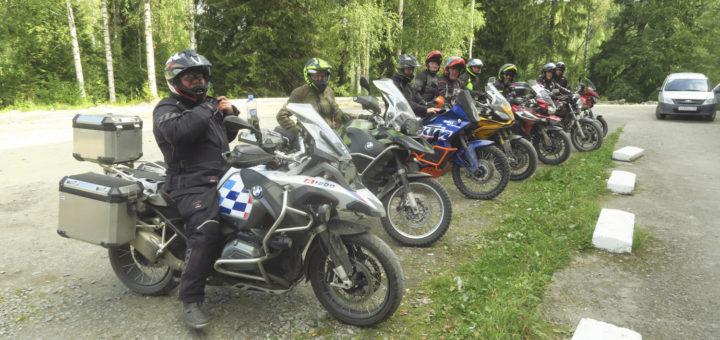 Tauko Suojärvellä, ryhmä koossa helteisessä syysilmassa.