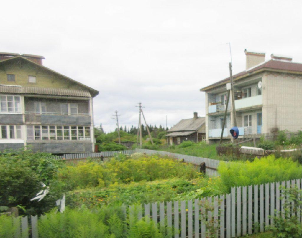 Neuvostoaikana Mikrilään rakennettiin kerrostaloja, joiden väliin jäi jokunen suomalaistalo. Kuva: Raimo Nenonen