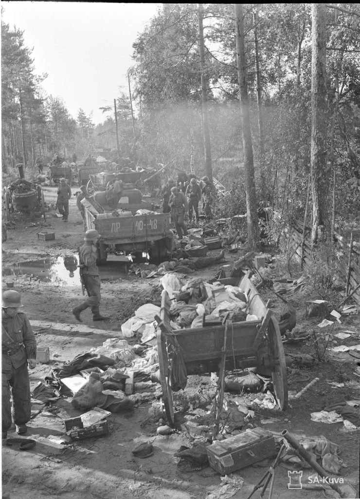 Tyrjä taistelujen jälkeen, vallattua kalustoa 4.8.1941. SA-kuva