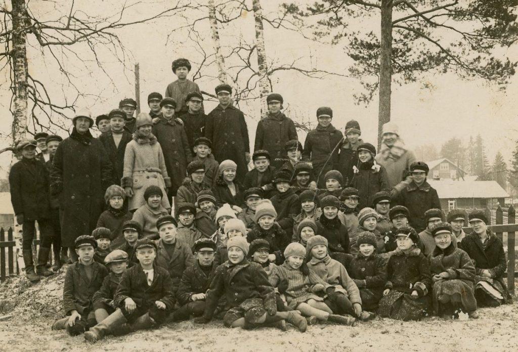 Museon arkistosta kuva numero 4076 on Elisenvaaran yhteiskoulun luokkakuva. Kuvassa mm. Aino Merta. Kuvan lahjoittanut Elsa Kiiski.