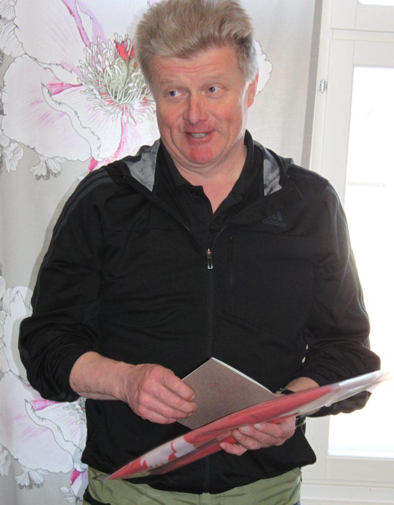 Varapuheenjohtajaksi valittua Olli-Pekka Rastasta muistettiin merkkipäivän johdosta Kurkijoen isännänviirillä.