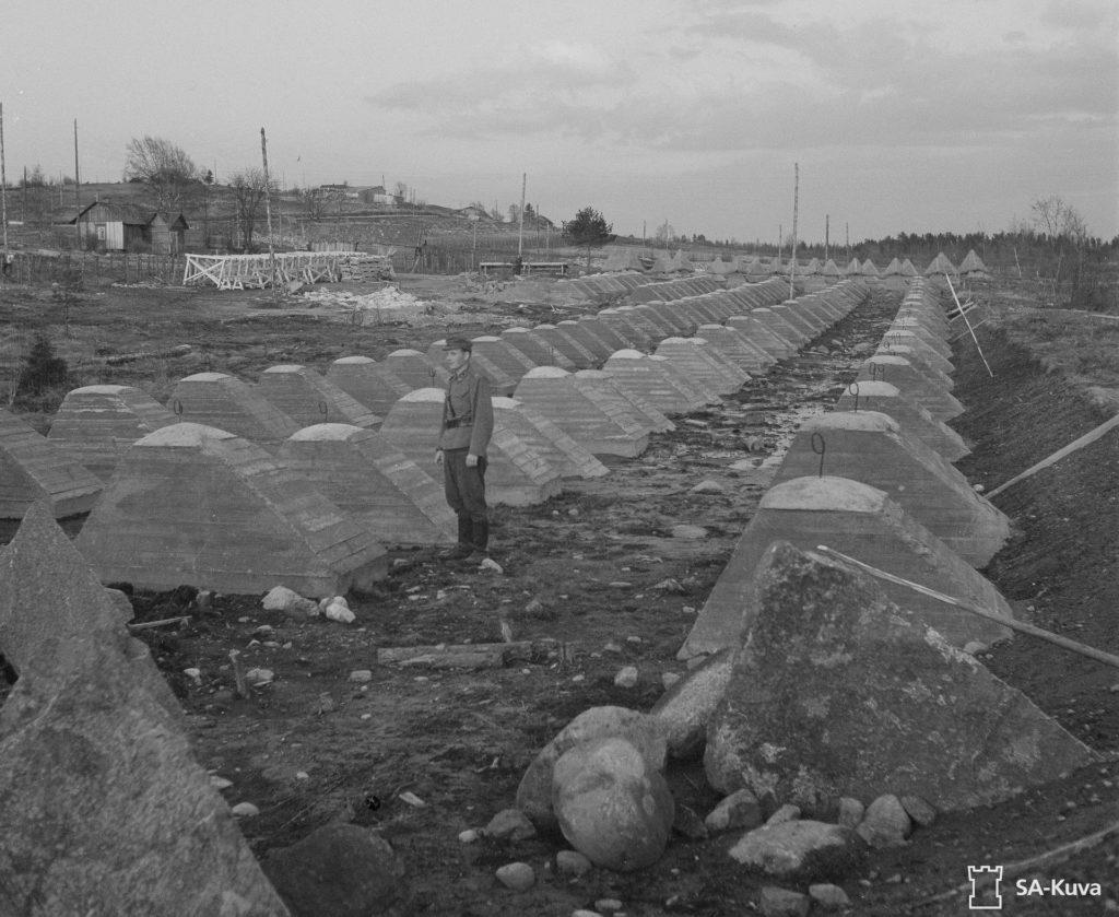 VT-asema Siiranmäessä oli vahvasti linnoitettu. Kuvan betoniset panssariesteet on sijoitettu syvennykseen, mikä vaikeutti esteiden tuhoamista vaunutykeillä. SA-kuva