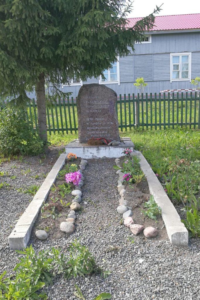 1939-1944 Elisenvaaran pommitusuhrien muistolle, lukee muistokivessä suomeksi ja venäjäksi.