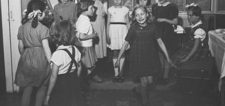 Leikkivä lapsiryhmä on kuvattu kurkijokelaisen kuvaajan Pekka Kyytisen kotona 1950-luvulla. Finna.fi