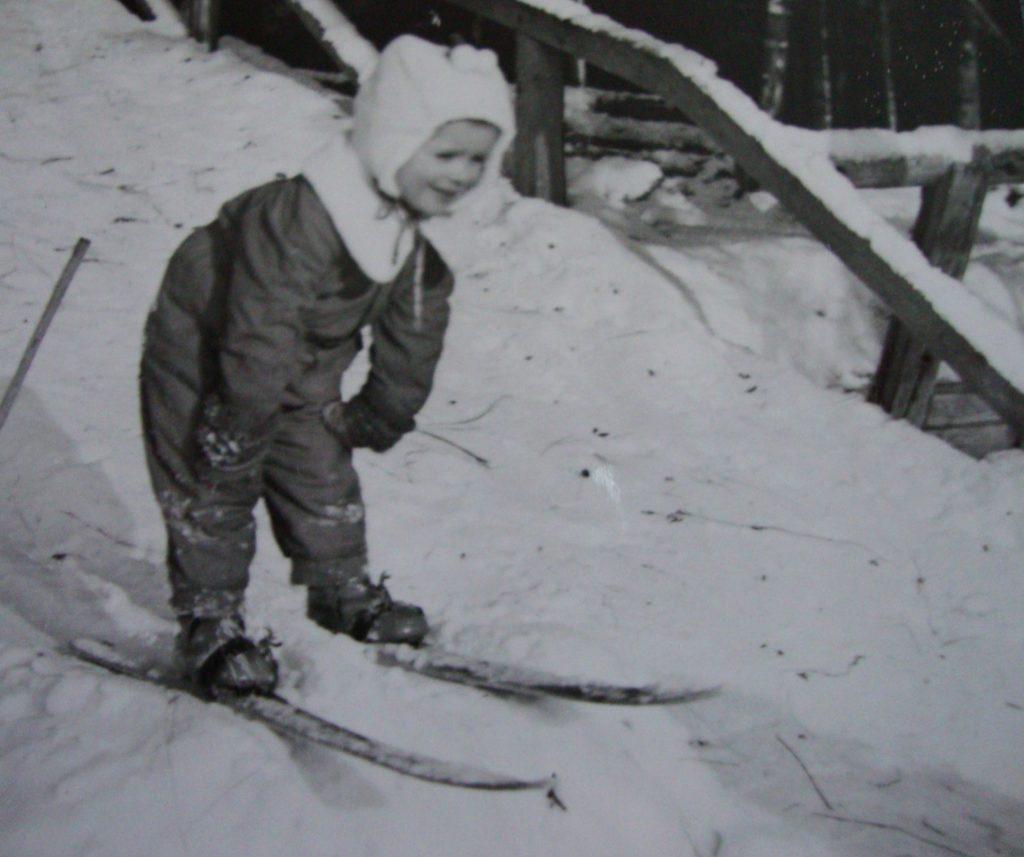 Jos sisällä pelattiin tokkaa, niin talvella ulkona laskettiin mäkeä. Mummolan navetan vetosilta oli mainio mäenlaskupaikka. Rakennettiin myös hyppyri, jotta voitiin pitää kilpailu, kuka hyppää pisimmälle. Vieläkin muistan, miten pelotti hypätä hyppyristä. Kuva on joskus 1950- luvun alkupuolelta. (Pirjo Kopra)