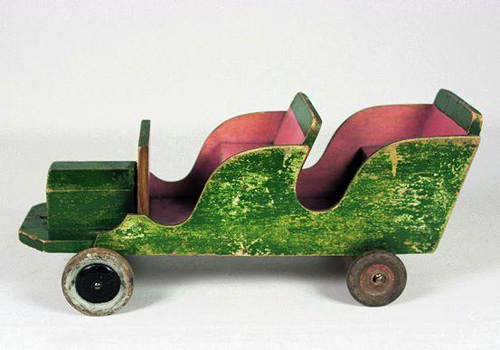 Helylän lelutehtaassa Sortavalassa valmistettu puuauto. Suomen lelumuseo Hevosenkenkä