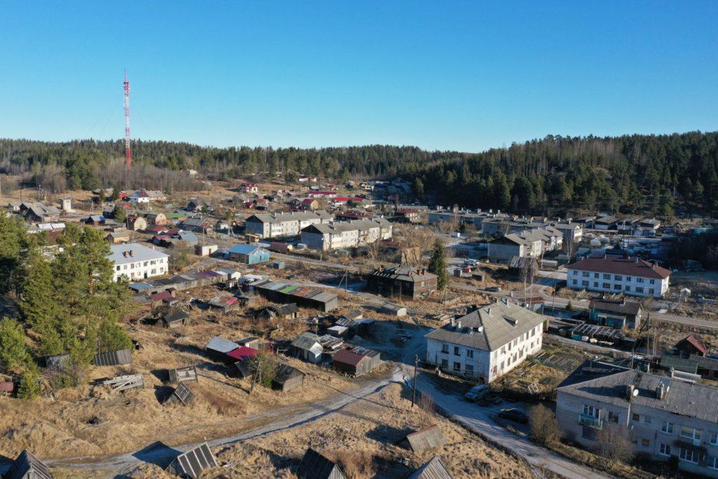 Kurkijoen keskustaa, vasemmalla taustalla joitakin vanhoja suomalaistaloja, maston paikalla sijaitsi ortodoksikirkko.