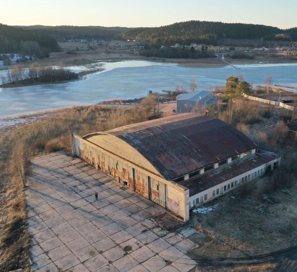 Ilmavoimien Lentoasema nro 2 eli Kasinhännän lentosataman vanha halli on vielä pystyssä ja muitakin suomalaisaikaisia rakennuksia löytyy alueelta.