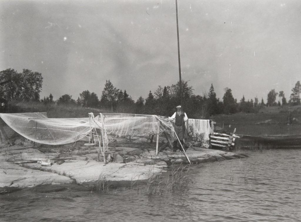 Kierrenuotta kuivumassa Heinäsenmaan rannassa. Kuva otettu 1900-luvun alkupuoliskolla. Voisiko olla itse Simo Kukko? Finna.fi/museovirasto