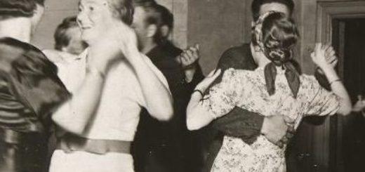 Sotien aikaan ei saanut tanssia, siksi nurkkatanssikuviakaan ei löydy. Tämä kuva vuodelta 1938. Finna.fi
