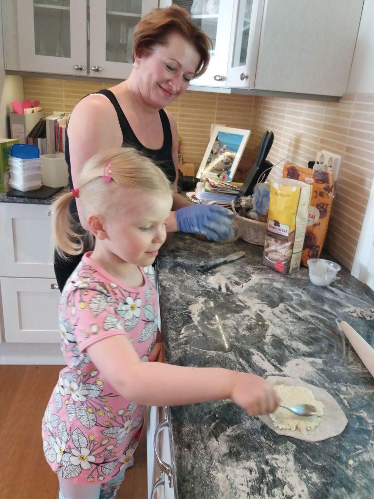 Viivi leipoo Mamman, Leena Peltomaan, kanssa