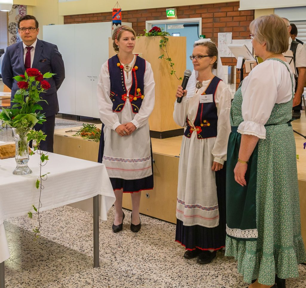 Hiitola juhlan juontajana haastattelemassa Kästyökorin Pia Ketolaa (2. oik.) ja Pirjo Kopraa (1. oik.) Kuvassa myös Kimmo Collander.