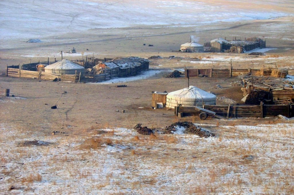 Kiinan matkalla maisema vaihtui, jurtat Mongolian aavikolla ovat kuin maalauksesta. Matkaa Kiinaan toteutui 2006.