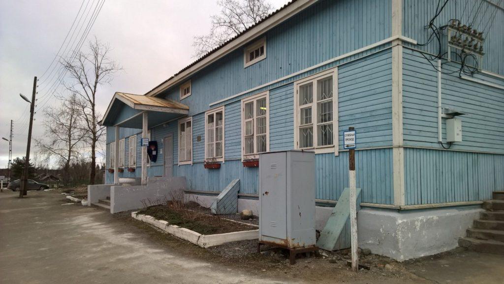 Elisenvaaran sininen asema on toivottanut Karin monesti tervetulleeksi vieraillessaan tuttavaperheen luona Elisenvaarassa.