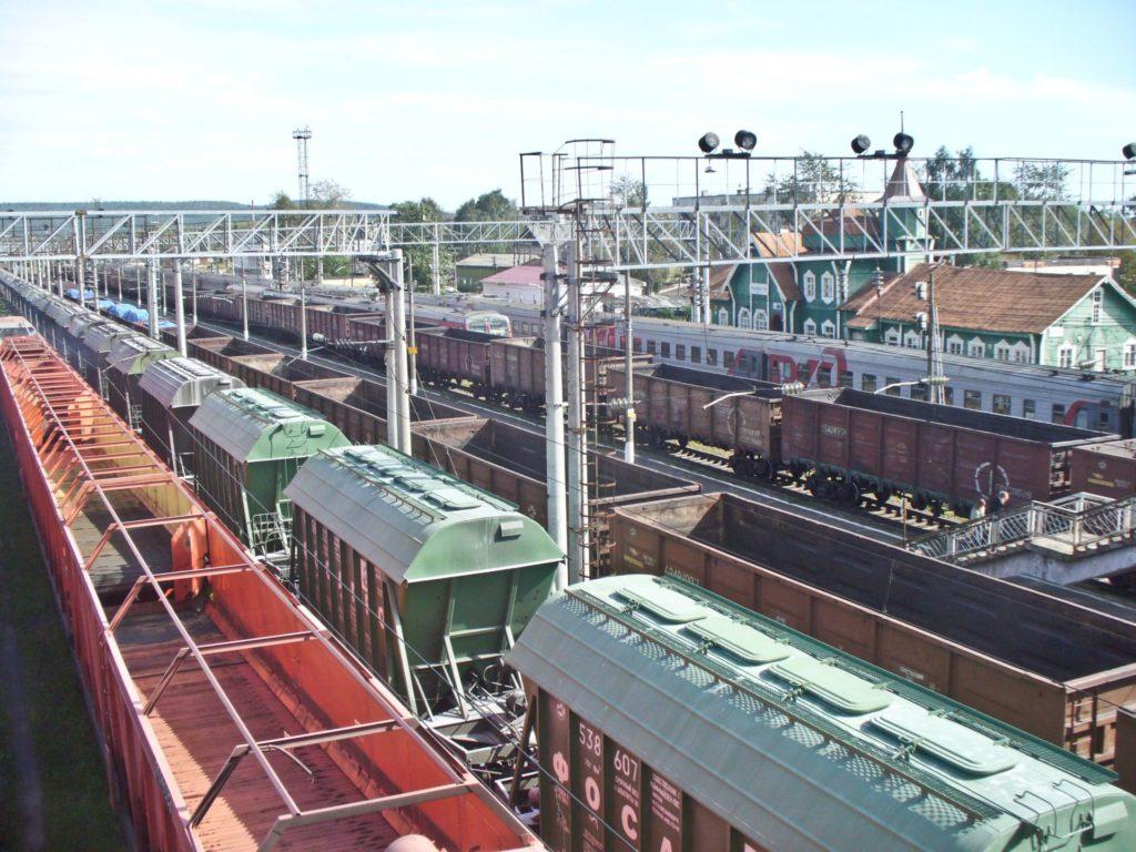 Karhumäen ratapihaa, vihreä asemarakennus oikeassa laidassa, tänne kari Äikään rautatiematka johti elokuussa 2012.