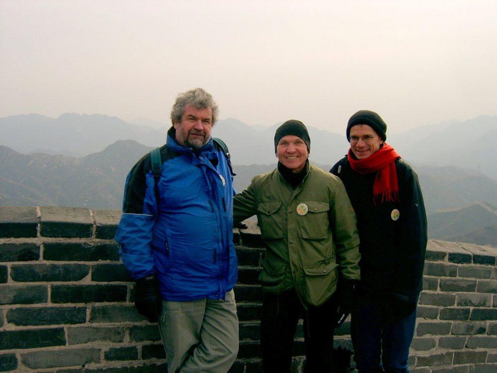 Kiinan muurilla, matka on päätepisteessään. Karin seurana Kiinan matkalla oli kuvassa keskellä hymyilevä turkulainen matkamies Jouni Suomi. Oikealla muurilla tavattu saksalainen reissaaja.