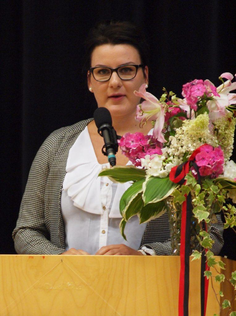 Laura Helin esiintymässä pitäjäjuhlilla elokuussa 2013. Puheen lisäksi häneltä sujui myös soitto ja laulu, hänen vahva äänensä valloitti juhlayleisön.